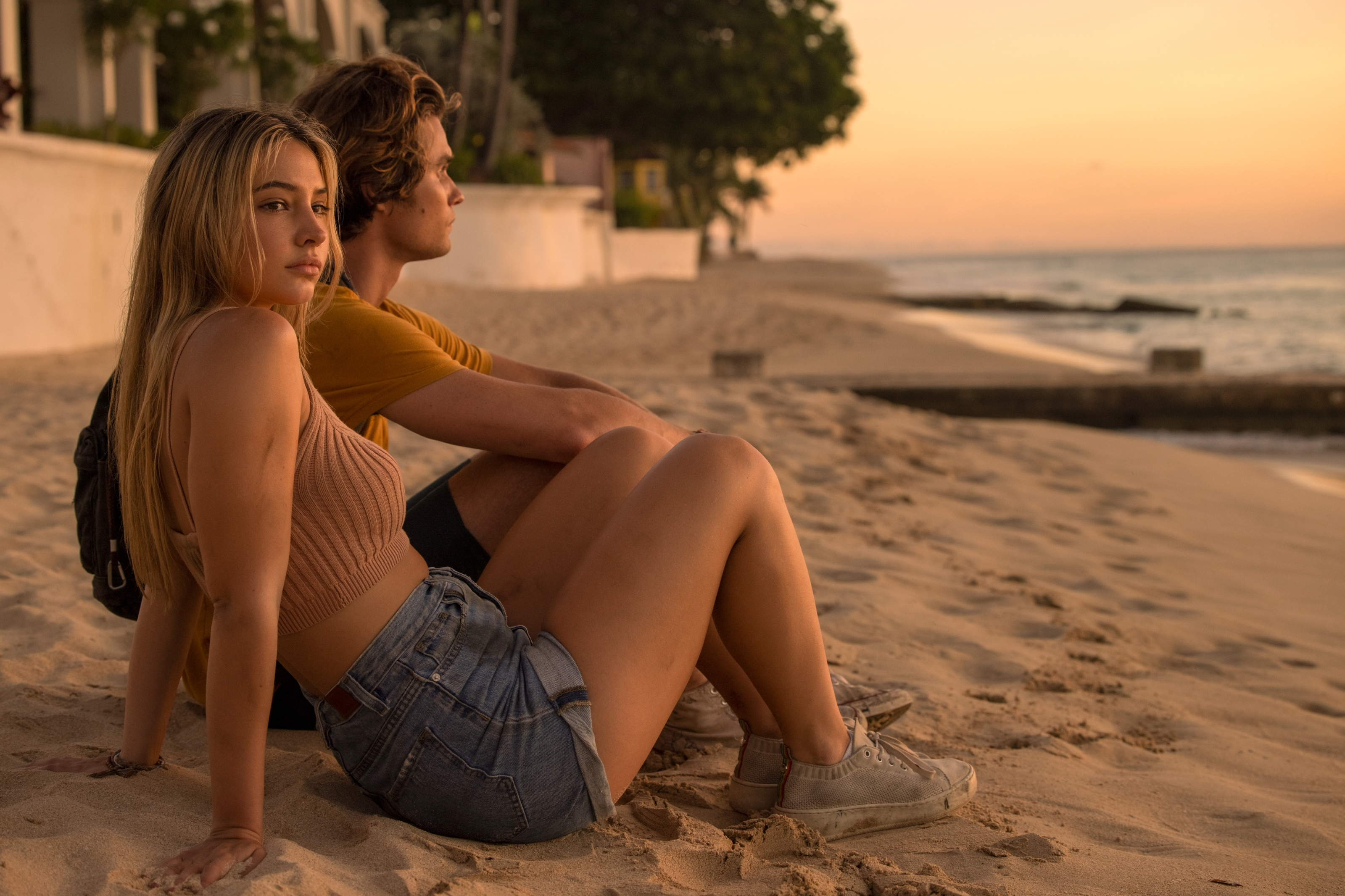 OUTER BANKS (L to R) MADELYN CLINE as SARAH CAMERON and CHASE STOKES as JOHN B in episode 201 of OUTER BANKS Cr. JACKSON LEE DAVIS/NETFLIX